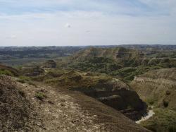 Pohled na výchozy geologického souvrství Hell Creek ve východní Montaně. V této geologické formaci jsdou dochovány fosilní a sedimentární pozůstatky posledních asi 1 až 1,5 milionu let křídové periody, a tedy i posledních žijících neptačích dinosaurů. Kredit: Vlastní snímek autora, 2009 (nahráno na Wikipedii pod licencí CC BY-SA 4.0)