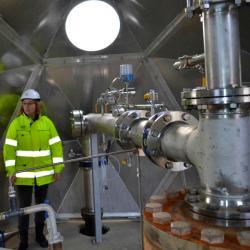 Systém vstřikování CO2 zpět do země vHellisheidi. Kredit: Kevin Krajick / Lamont-Doherty Earth Observatory.
