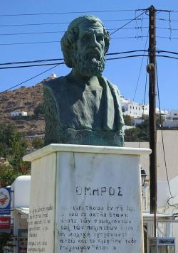 Novodobá busta Homéra u přístavu v Gialos na ostrově Íos. Kredit: Zde, Wikimedia Commons. Licence CC 4.0.