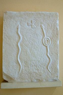 """Odlitek reliéfu z ostrova Íos, dokladu o výskytu Homérova měsíce v tamním kalendáři. Označení """"Homérův"""" zabírá poslední dva řádky nápisu. Helénistická nebo římská doba. Archeologické muzeum v Ermoupolis na Syru. Kredit: Zde, Wikimedia Commons. Licence CC 4.0."""