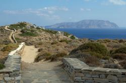 Z cesty k tzv. Homérově hrobce na ostrově Íos. V pozadí ostrov Iraklia. Kredit: Zde, Wikimedia Commons. Licence CC 4.0.