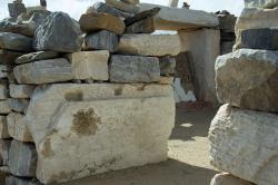 """Homérova hrobka na ostrově Íos, poškozená prý neúplně zpitými skandinávskými """"turisty"""". Kredit: Zde, Wikimedia Commons. Licence CC 4.0."""