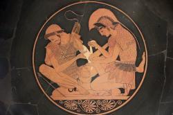 Patroklos a Achilleus (vpravo). Atický červenofigurový kylix, 500 před n. l. Altes Museum Berlin, 2278. Kredit: Miguel Hermoso Cuesta, Wikimedia Commons. Licence CC 4.0.
