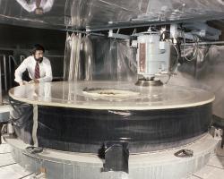 Leštění zrcadla pro Hubbleův teleskop. Výroba celého teleskopu stála 2,5miliardyUSD. Provozní náklady se vyšplhaly na více než dvojnásobek konstrukčních nákladů. Evropa na projekt přispěla částkou okolo 600 milionů euro.