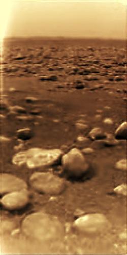 Obrázok krajiny na Saturnovom mesiaci Titan, ktorý zhotovila sonda Huygens. Kredit: NASA.