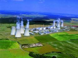 I zelené organizace touto studií přiznávají kritickou důležitost jaderné energetiky v Česku v případě, že se chce snížit využití uhlí. I podle nich musí jádro zajistit téměř 50 % potřeb elektřiny. Nezmiňují však, jak bude možné nahradit Dukovany, pokud se okolo roku 2035 odstaví. (zdroj fotografie Jaderné elektrárny Dukovany ČEZ).