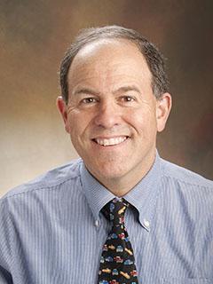 """Ian N. Jacobs, ředitelPediatrického centra dýchacích cest v Children's Hospital of Philadelphia.Spoluautor studie: """"Počet úmrtí spojených s polknutím baterie neustále roste. V Případě podezření na spolknutí baterie, podávejte med a volejte sanitku""""."""
