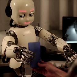 Humanoidní robot iCub. Kredit: Juxi / Wikimedia Commons.