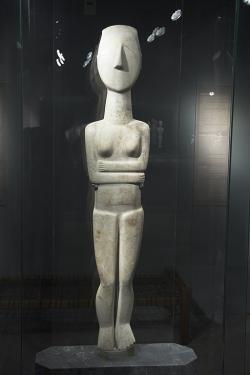 Velká a propracovaná socha bohyně, vysoká 140 cm, snad zkultovního místa na Keru, 2800-2300 před n. l. Goulandrisovo Muzeum kykladského umění v Athénách, č. 724. Kredit: Zde, Wikimedia Commons.