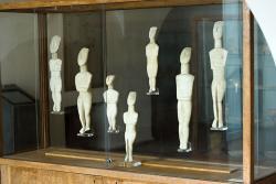 Malá část naxijských idolů z 3. tisíciletí před n. l. v Archeologickém muzeu na Naxu (v Naxijské Chóře). Kredit: Zde, Wikimedia Commons.