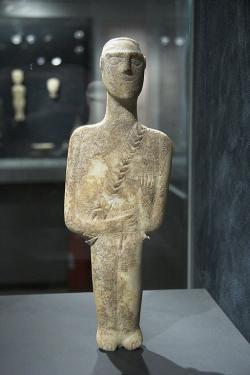 Náčelník z Naxu, kultura Keros-Syros, 2800-2300 před n. l. Goulandrisovo Muzeum kykladského umění v Athénách, č. 308. Kredit: Zde, Wikimedia Commons