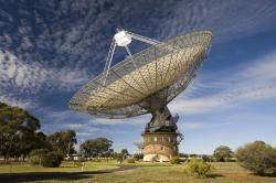 Teleskop v Parkes observatoři monituraje pulsar v naději, že uloví  procházející  gravitační vlny. (Kredit: CSIRO)