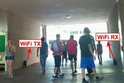 Příklad umístění WiFi detektorů v průchodu. Kredit: UCSB.