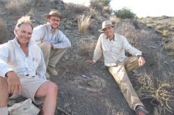 Tyler Lyson, kurátor Denver Museum of Nature and Science, první autor publikace. Na snímku je uprostřed, spolu se svými kolegy a o něco mladší želvou, než jakou byla Eunotosaurus. (Kredit: DMNS)