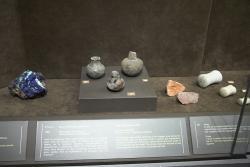 Azurit a keramické nádobky na něj a na další pigmenty, 2800-2300 před n. l. Goulandrisovo Museum kykladského umění v Athénách, G 223. Kredit: Zde, Wikimedia Commons.