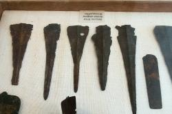 Bronzové zbraně a nářadí z jihovýchodu Naxu, 2800 až 2200 před n. l. Archeologické muzeum v Apeiranthu na Naxu. Kredit: Zde, Wikimedia Commons .