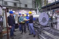 Instalace nového zařízení ALPHA II, pro udržení a studium neutrálního antivodíku (zdroj CERN).