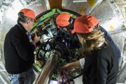Instalace systému křemíkových pixelových detektorů, který slouží jako vnitřní dráhový detektor experimentu CMS při vysoké luminositě srážek (zdroj CERN).