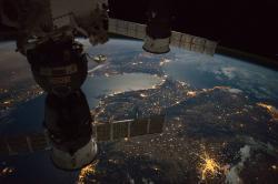 ISS s pripojenými kozmickými loďami Sojuz nad Gibraltarským prielivom. Kredit: NASA.