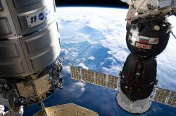 Nákladná loď Cygnus zaparkovaná na ISS vedľa osobnej kozmickej lode Sojuz.