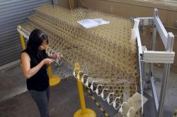 Představený prototyp pracně ručně sestavovali postgraduální studenti. Vše je ale už navrženo tak, aby proces na montážní lince mohly zastat autonomní roboty. Sestavení výrobní linky je údajně již dalším připravovaným krokem výzkumného týmu.  Kredit: Kenny Cheung, NASA Ames Research Center