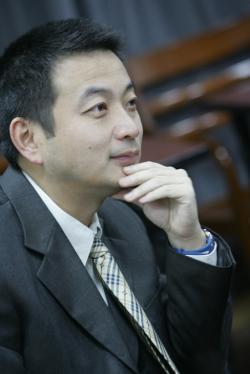 James Liang, jeden ze spoluautorů studie je spoluzakladatelem Ctripu, během provádění experimentu byl doktorským studentem na Stanfordově univerzitě.