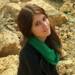 Jasmina Wiemann, je paleobioložkou na Steinmannově ústavu geologie, mineralogie a paleontologie v Bonnu (Německo). První autorka publikace odhalující původní barvu dinosauřích vajec. Toho času je na studijním pobytu na Yale University (USA).