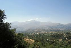 Výhled od jeskyně Minoan Trapeza na okraj planiny Lasithi. Kredit: Zde, Wikimedia Commons.