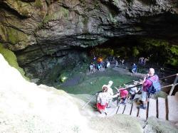 Diktijská jeskyně nad Psychro u planiny Lasithi. Kult se poněkud proměnil, i když na těchhle fotkách je skoro liduprázdno. Kredit: Olaf Tausch, Wikimedia Commons.