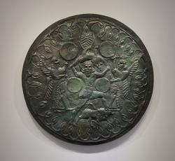 Bronzový štít darovaný Diovi do Ídské jeskyně koncem 8. století před n. l. Archeologické muzeum v Irakliu (Herakleonu). Kredit: C messier, Wikimedia Commons.
