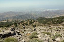 Výhled z okolí Kamarské jeskyně na jižní Krétu, do okolí Faistu a Mataly. Kredit: Zde, Wikimedia Commons.