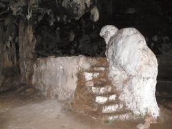 Kamenný medvěd nebo spíš medvědice v jeskyni u kláštera Arkoudiotissa (Panny Marie Medvědí). Kredit: Wolfgang Sauber, Wikimedia Commons.