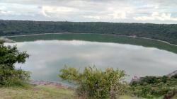 """Jezero vyplňující dopadový kráter Lonar, nacházející se na území státu Maháráštra v západní Indii. Tento kráter vznikl v období pleistocénu a v průměru má """"pouze"""" 1,8 kilometru. Při vzniku takto velkých (resp. malých) impaktních struktur ještě dlouhodobé globální změny klimatu nenastávaly. Kredit: Vivek Ganesan, Wikipedie (CC BY-SA 4.0)"""