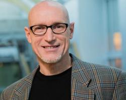"""Jörg Bohlmann, profesor na University of British Columbia: """"Je to fascinující případ  potenciálu specializovaného metabolismu rostlin, který může vést k novým léčebným postupům zlepšujících lidské zdraví.""""  (Kredit: UBC)"""