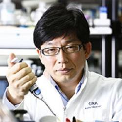 """Jun Takahashi. Lidé si ho pletou s mnohem slavnějším japonským módním návrhářem stejného jména a citovaného Wikipedií . Náš Takahashi je """"jen"""" profesor neurochirurgie a vedoucí šestnáctičlenného výzkumného kolektivu v Center for iPS cell Research and Application (CiRA) na Kyoto University. Jeho pracoviště začne v mozcích nemocných nahrazovat úbytek specifických neuronů. Výběr dobrovolníků pro klinické testy proběhne do konce příštího roku. Kredit: Kyoto University."""