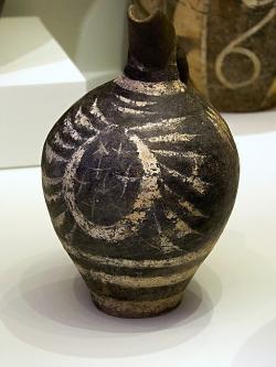 Kamarský džbán z Faistu, 1800-1700 před n. l., nebo možná starší. Archeologické muzeum vIrakliu (Herakleon), stejně tak další fotky, pokud není uvedeno jinak. Kredit: Zde, Wikimedia Commons.