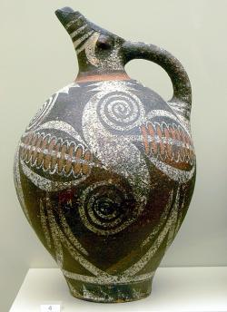 Větší džbán v ranějším kamarském stylu z konce předpalácového období. Faistos, 2000 až 1900 před n. l. Kredit: Wolfgang Sauber, Wikimedia Commons.