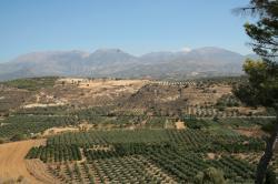 Pohled od okraje palácového komplexu ve Faistu směrem na sever, kpohoří Ída, soznačeným místem jeskyně. Kredit: Archiv autora článku.