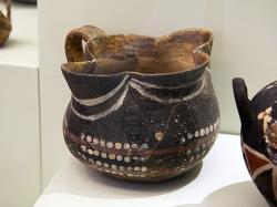 Kamarská keramika z Kamarské jeskyně, 1900-1700 před n. l. Kredit: Zde, Wikimedia Commons.