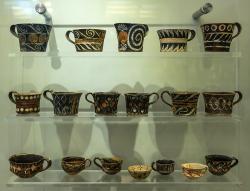 Kamarské hrníčky z Faistu, asi 1800-1700 před n. l. Kredit: Jebulon, Wikimedia Commons.