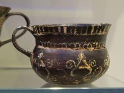 Kamarský šálek z Knóssu, asi 1800-1700 před n. l. Kredit: Zde, Wikimedia Commons.