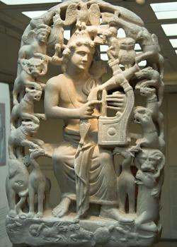 Orfeus hraje na lyru zvířatům. Aigina, 4. století n. l. Byzantské muzeum v Athénách, BXM 1. Kredit: Zde, Wikimedia Commons.