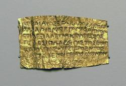 Asi orfický zlatý plíšek s textem modlitby, asi z Thesálie nebo severního Řecka, 4. století před n. l. Getty Museum, LA (California), OF 484. Kredit: Remi Mathis, Wikimedia Commons .