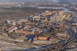 Institut Karolinska, anglicky Karolinska Institute (KI), švédskyKarolinska Institutet,zkráceně Královský ústav, jelékařská univerzitave Stockholmu. Je považována za nejlepší univerzitu ve Švédsku a jednu z největších a nejprestižnějšíchlékařských univerzitna světě. Sbor složený z 50 profesorů institutu vybírá držitele Nobelovy ceny za fyziologii a medicínu. Autorem leteckého snímku univerzitního areálu z roku 2013 je Arild Vågen (Wikipedia)