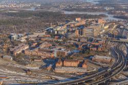 Karolinsaka Institutet. Letecký snímek areálu z roku 2013. Kredit: Arild Vågen, CC BY-SA 3.0.