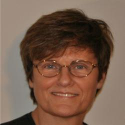 Katalin Karikó, maďarskábiochemička, profesorka nalékařské fakultě University of Pennsylvania. Držitelka řady patentů udělených ve Spojených státech na aplikaci neimunogenní RNA s modifikovanými nukleosidy. Karikó je matkou dvojnásobné zlaté olympijské medailistky, veslařky Susan Francia.  Kredit: Krdobyns, CC BY-SA 4.0  https://en.wikipedia.org/w/index.php?curid=63862011