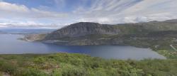 I když se ve fjordu Kafjord Tirpitz zdržel krátce, ekologické škody na přírodě jsou patrny dodnes. Kredit: Googlemaps