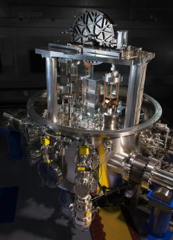 Kibblovy váhy metrologického institutu NIST v USA. Je to již čtvrtá vývojová verze postavená vNISTu. Nejistota měření Planckovy konstanty je 0,034 milióntin. Autor: J. L. Lee, NIST. Volné dílo.