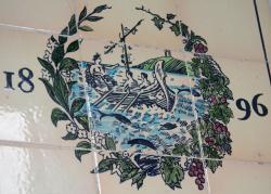 Logo firmy: Dionýsos připlouvá k Naxu. Je to variace na několik antických motivů: Dionýsovy plavby i Théseovy plavby. Kredit: Zde, Wikimedia Commons. Licence CC 4.0.