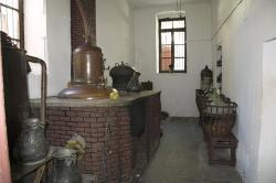 Úhlavní místnost, tady se destiluje. Vchod. Kredit: Zde, Wikimedia Commons. Licence CC 4.0.